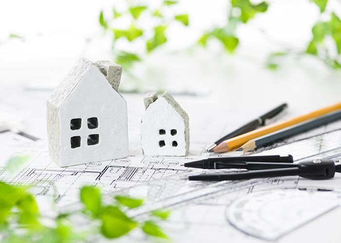 家の置物と設計図