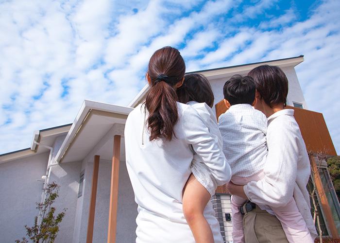 家を見上げる家族