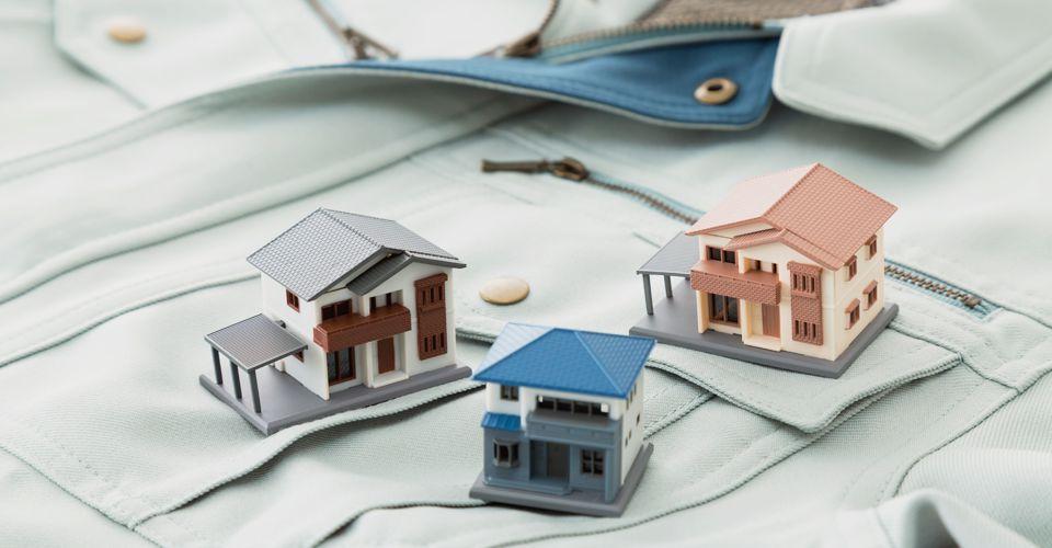 三つの家の模型と作業着